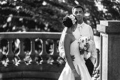 Счастливый красивые groom и невеста beautifyl обнимая на балконе на s Стоковые Фотографии RF