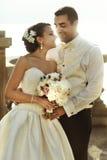Счастливый красивые groom и невеста beautifyl обнимая на балконе на s Стоковое Фото