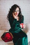 Счастливый красивый раскрывать женщины присутствующий на день валентинки Стоковая Фотография