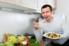 Счастливый красивый человек держа плиту Стоковые Фото