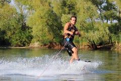 Счастливый красивый человек wakesurfing Стоковая Фотография RF