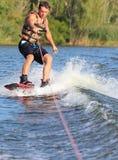 Счастливый красивый человек wakesurfing Стоковое фото RF