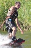 Счастливый красивый человек wakesurfing Стоковое Изображение RF