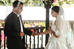 Счастливый красивый groom и красивая невеста в белом платье в weddi Стоковая Фотография