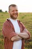 Счастливый красно-бородатый человек в рубашке стоковые изображения rf