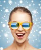 Счастливый кричащий девочка-подросток в тенях Стоковое Фото