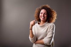 Счастливый курчавый юг-американский хохот женщины Стоковые Изображения