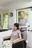 Счастливый клиент с парикмахером в салоне красоты стоковое фото rf