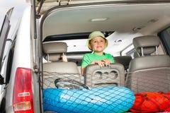 Счастливый маленький путешественник готовый на летние каникулы Стоковое Фото