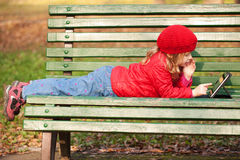 Счастливый маленький ребенок работая с ПК таблетки стоковая фотография