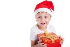 Счастливый маленький усмехаясь мальчик с подарочной коробкой рождества Стоковые Изображения RF