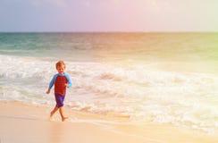 Счастливый мальчик бежать на пляже песка Стоковое Изображение