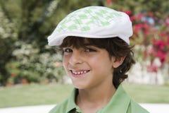 Счастливый мальчик в плоской шляпе стоковые изображения rf