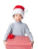 Счастливый мальчик держа подарок рождества Стоковая Фотография RF