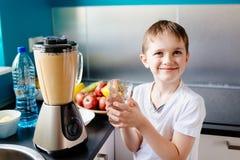 Счастливый мальчик ждет коктеиль плодоовощ Стоковое Фото
