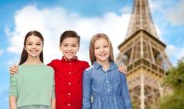 Счастливый мальчик и девушки обнимая над Эйфелевой башней Стоковое Изображение RF