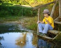 Счастливый мальчик идет удить на реке, одном рыболове детей с a стоковые фотографии rf