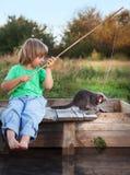 Счастливый мальчик идет удить на реке с любимчиком, детьми одним и набором Стоковая Фотография RF
