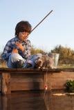 Счастливый мальчик идет удить на реке с любимчиком, детьми одним и набором Стоковые Фото