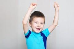 Счастливый мальчик крича с руками вверх Стоковое Изображение