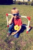 Счастливый мальчик наслаждается сыграть футбол Стоковое фото RF