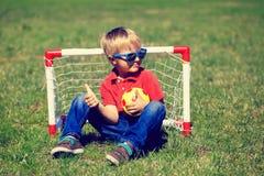 Счастливый мальчик наслаждается сыграть футбол Стоковое Фото