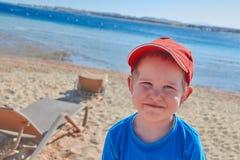 Счастливый мальчик на береге пляжа Стоковое Фото