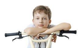 Счастливый мальчик на изоляте велосипеда стоковые изображения