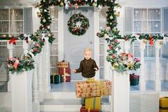 Счастливый мальчик около подарков рождества Стоковая Фотография RF
