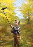 Счастливый мальчик принимая selfie Стоковое Изображение RF