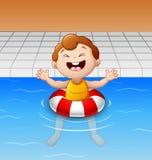 Счастливый мальчик плавая в бассейн с раздувным кругом Стоковые Изображения