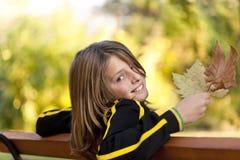 Счастливый мальчик с листьями осени стоковое фото rf