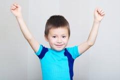 Счастливый мальчик с руками вверх Стоковые Изображения