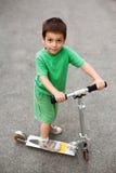 Счастливый мальчик с самокатом Стоковая Фотография RF