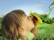 Счастливый мальчик с солнцецветом Стоковые Изображения RF