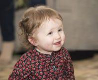 Счастливый & милый малыш с глазами Брайна & зацвел платье Стоковая Фотография