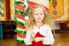 Счастливый милый ребенк девушки празднует ее вечеринку по случаю дня рождения Положительная человеческая утеха чувств эмоций Стоковая Фотография