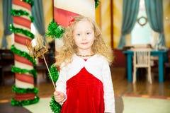 Счастливый милый ребенк девушки празднует ее вечеринку по случаю дня рождения Положительная человеческая утеха чувств эмоций Стоковое Фото