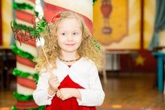 Счастливый милый ребенк девушки празднует ее вечеринку по случаю дня рождения Положительная человеческая утеха чувств эмоций Стоковое Изображение RF