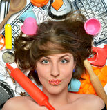 Счастливый милый шеф-повар молодой женщины с различными инструментами кухни для c Стоковое Фото