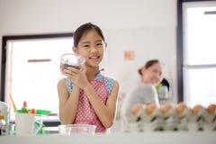 Счастливый момент семьи в кухне Стоковые Фотографии RF