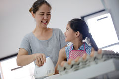 Счастливый момент семьи в кухне Стоковое Изображение RF