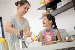 Счастливый момент семьи в кухне Стоковые Изображения