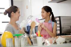 Счастливый момент семьи в кухне Стоковые Изображения RF
