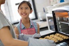 Счастливый момент семьи в кухне Стоковая Фотография