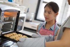 Счастливый момент семьи в кухне Стоковое Фото