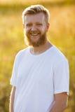 Счастливый молодой белокурый бородатый человек стоковое фото