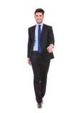 Счастливый молодой бизнесмен идя вперед Стоковая Фотография RF