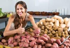 Счастливый молодой женский клиент принимая картошки Стоковое Изображение RF