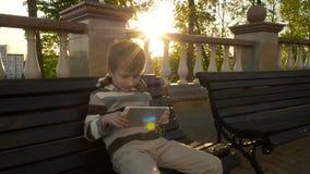 Счастливый молодой мальчик используя планшет видеоматериал